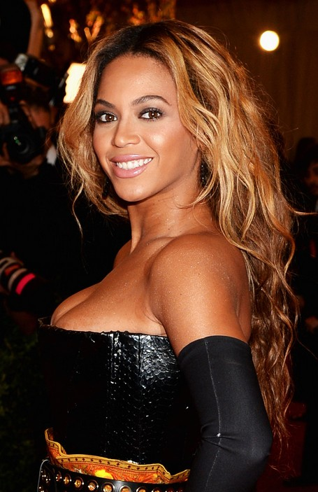 Beyonce Knowles Long Wavy Hairstyle for Night out