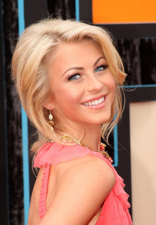Julianne Hough Loose Wavy Hairstyle