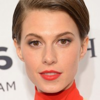 Elettra Wiedemann Side Parted Short Straight Cut without Bangs