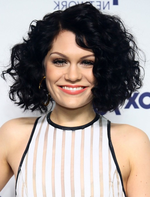 Jessie J y Short Black Curly Bob Hairstyle for Round Faces