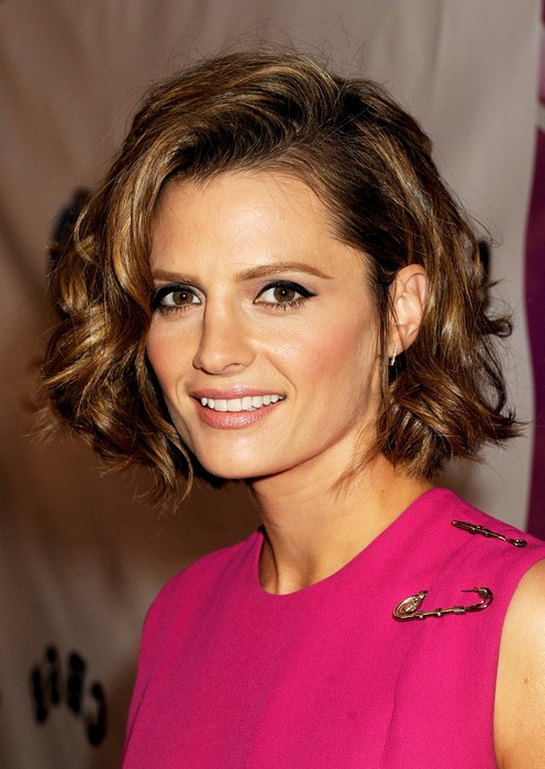 Stana Katic Short Curly Bob Hairstyle For Round Faces