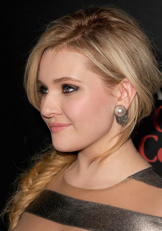 Abigail Breslin Cute Side Fishbone Braid Hairstyle For