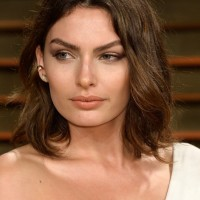 Alyssa Miller Chic Medium Length Wavy Hairstyle for Summer