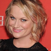Amy Poehler Cute Side Parted Messy Wavy Hairstyle