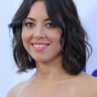 Aubrey Plaza Short Black Wavy Hairstyle for Summer