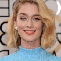 Caitlin Fitzgerald Side Parted Blonde Wavy Hairstyle for Short Hair