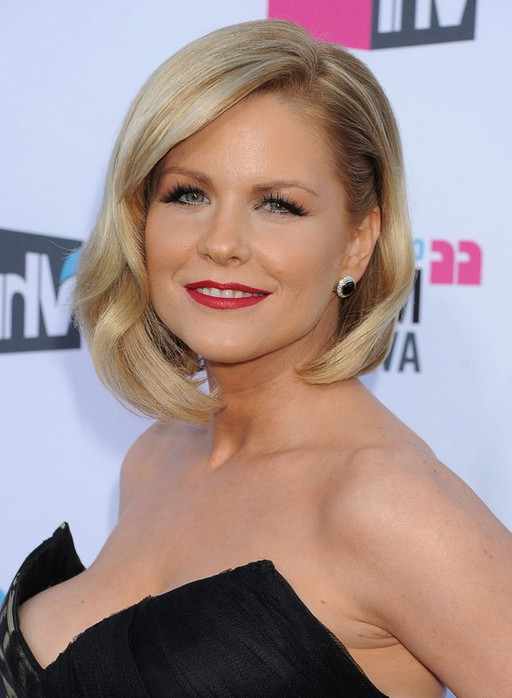 Carrie Keagan Asymmetrical Bob Hairstyle With Waves