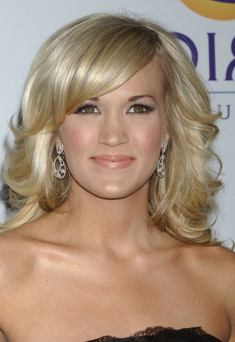 carrie underwood medium blonde curly hairstyle with side