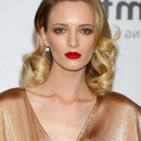Daria Strokous Casual Medium Curly Hairstyle for Oval Faces
