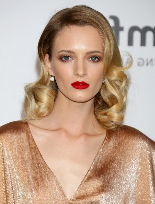 Daria Strokous Casual Medium Curly Hairstyle For Oval