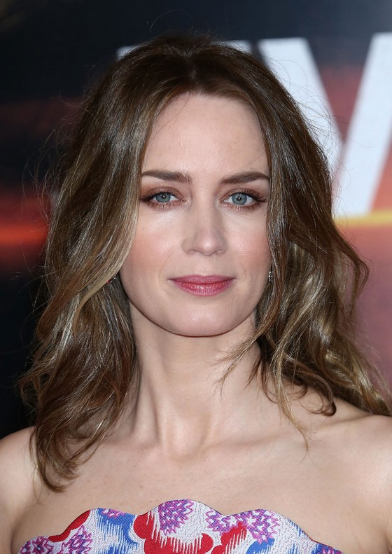 Emily Blunt Latest Shoulder Length Hairstyle With Waves