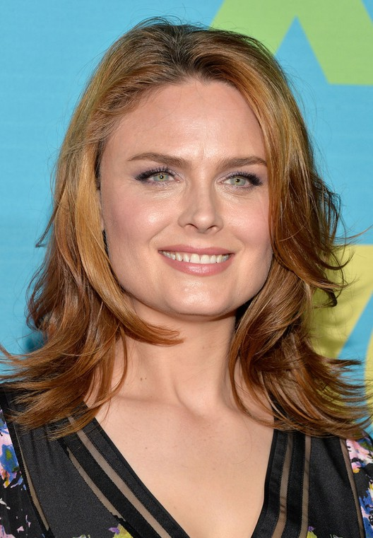 emily deschanel latest shoulder length hairstyle with