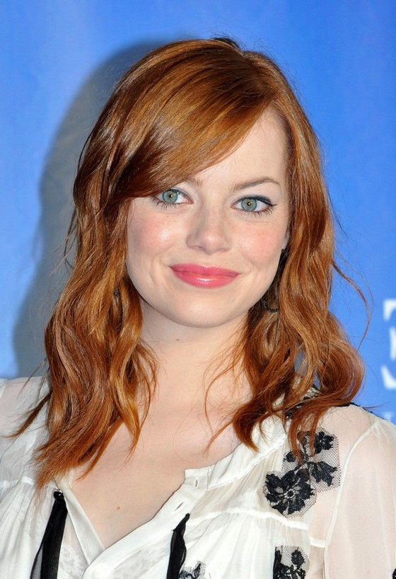 Emma Stone Shoulder Length Red Wavy Hairstyle With Side Swept Bangs Styles Weekly