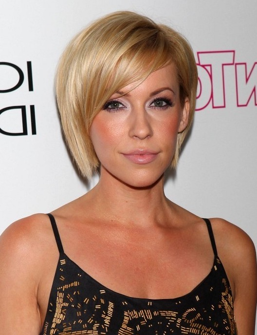 Farah Fath Chic Short Side Parted Haircut For Oval Faces Styles Weekly