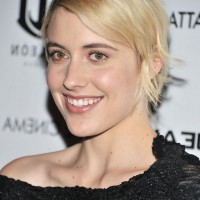 Greta Gerwig Short Striaght Side Parted Hairstyle with Bangs
