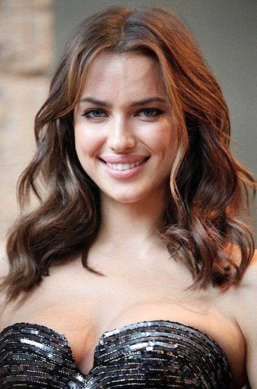 Irina Shayk Shoulder Length Wavy Hairstyle Styles Weekly