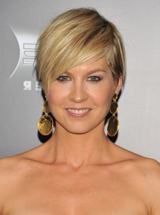 Jenna Elfman Layered Short Hairstyle With Side Swept Bangs Styles