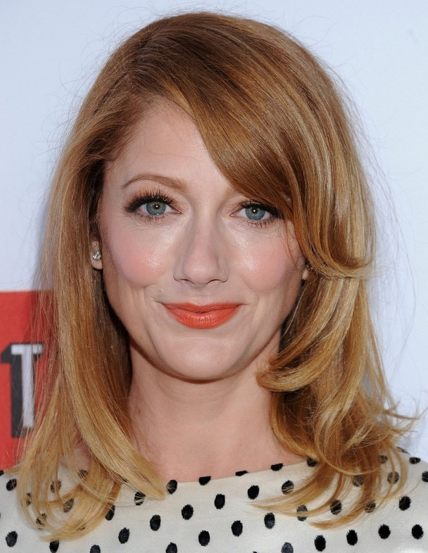 Judy Greer Casual Shoulder Length Hairstyle With Side Swept Bangs