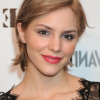 Katharine McPhee Chic Short Side Parted Hairstyle for Moms