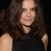 Katie Holmes Shoulder Length Wavy Hairstyle for Spring
