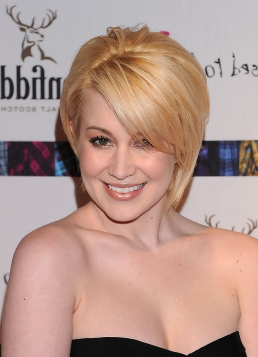 Kellie Pickler Chic Short Straight Blonde Haircut With Side Swept