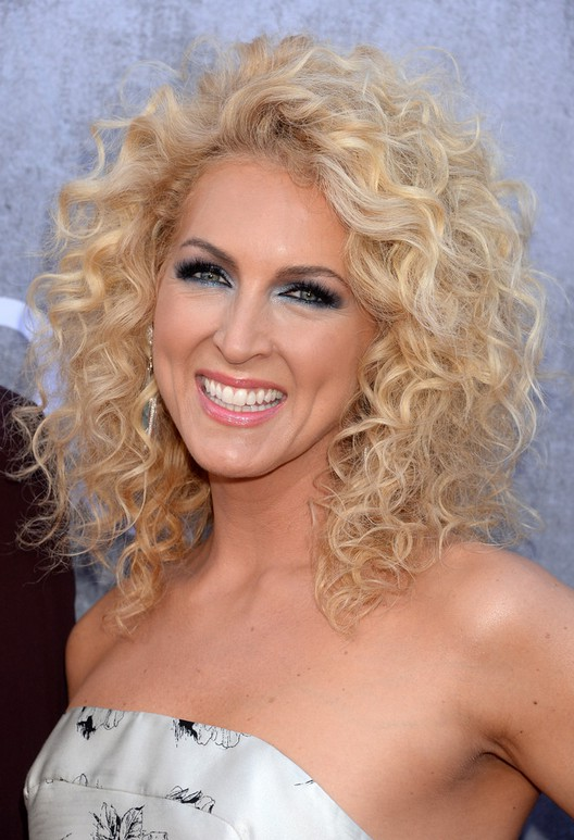 Kimberly Schlapman Shoulder Length Blonde Curly Hairstyle for Summer ...