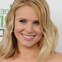 Kristen Bell Lovely Medium Blonde Wavy Hairstyle for Students