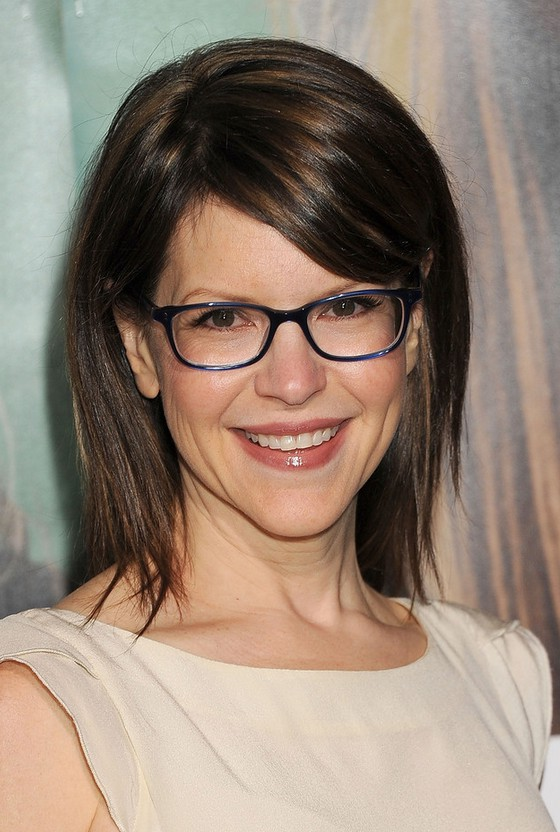 Lisa Loeb Chic Layered Brown Straight Haircut With Side Swept Bangs Styles Weekly