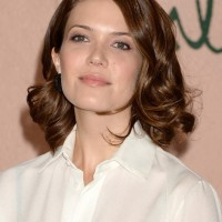 Mandy Moore Chic Medium Wavy Curly Hairstyle for Women