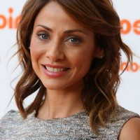 Natalie Imbruglia Cute Medium Brown Wavy Hairstyle for Oval Faces