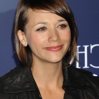 Rashida Jones Cute Short Side Part Brunette Hairstyle with Side Bangs