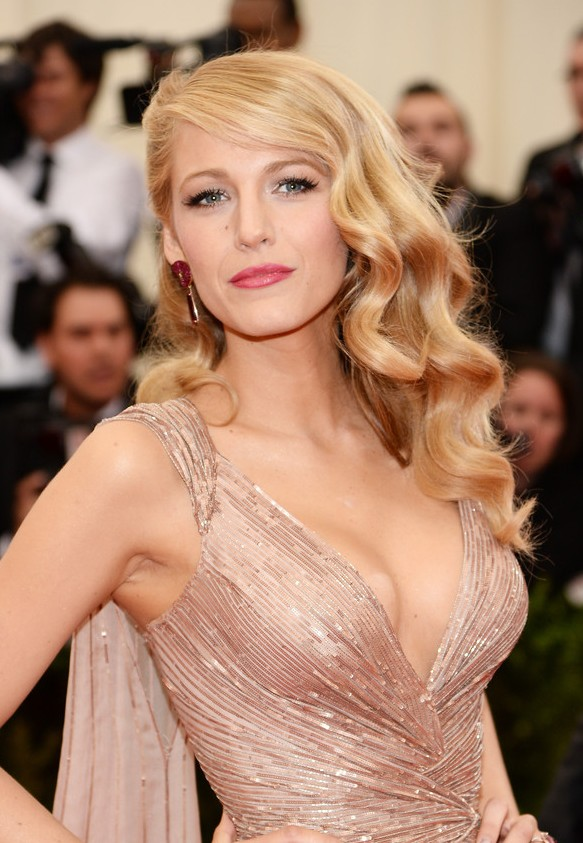 Red Carpet Hairstyles – Blake Lively Retro Hairstyle with Side Swept ...