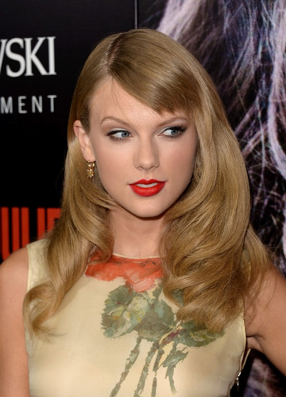 taylor swift long formal wavy hairstyle with side swept