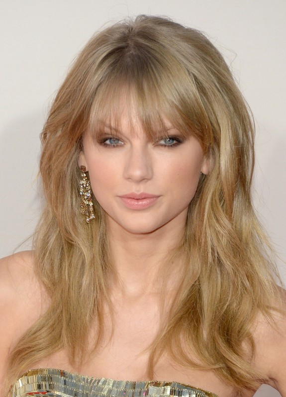 Taylor swift messy long blonde wavy hairstyle with bangs styles