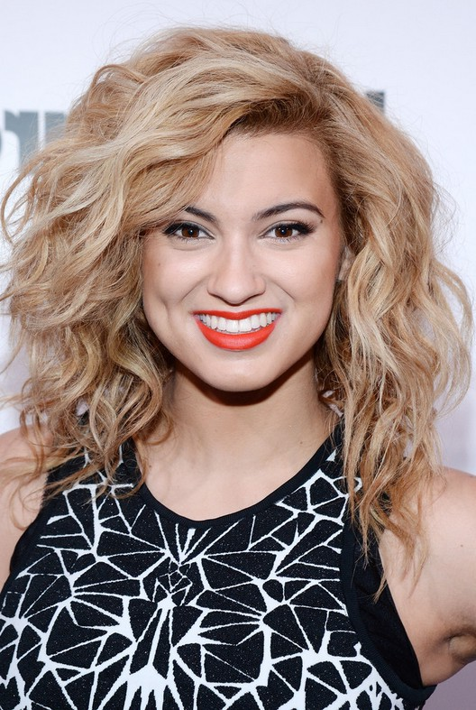 Tori Kelly Sexy Curly Hairstyle for Medium Length Hair