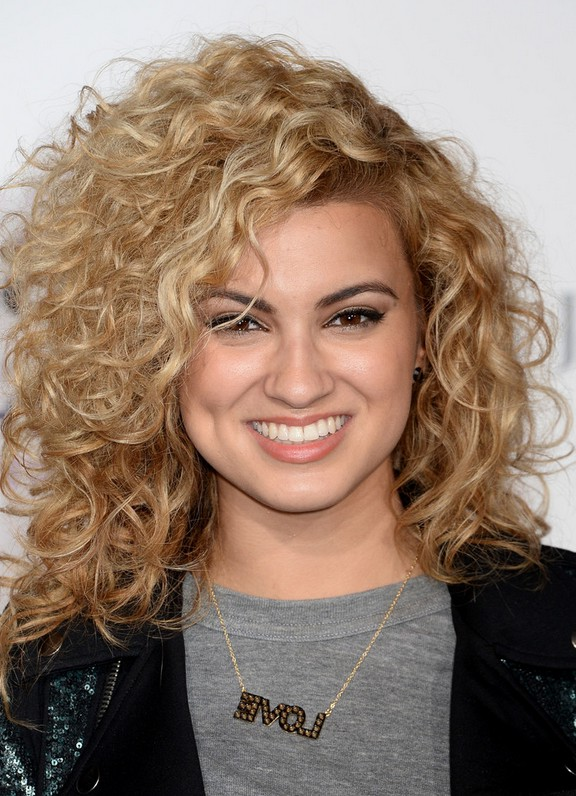 Tori Kelly Shoulder Length Curly Hairstyle For Square Faces
