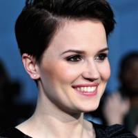 Veronica Roth Side Parted Haircut for Short Hair