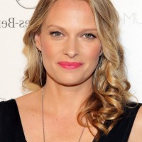 Vinessa Shaw Feminine Shoulder Length Hairstyle for Oval Faces