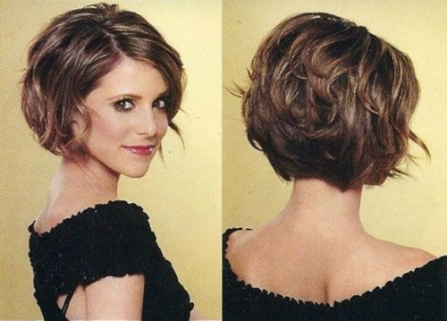 Chin Length Hairstyle for Wavy Hair / Via
