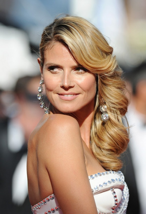 Heidi Klum Gorgeous Side Parted Long Hairstyle with Cascading Waves for Wedding Prom and Homecoming
