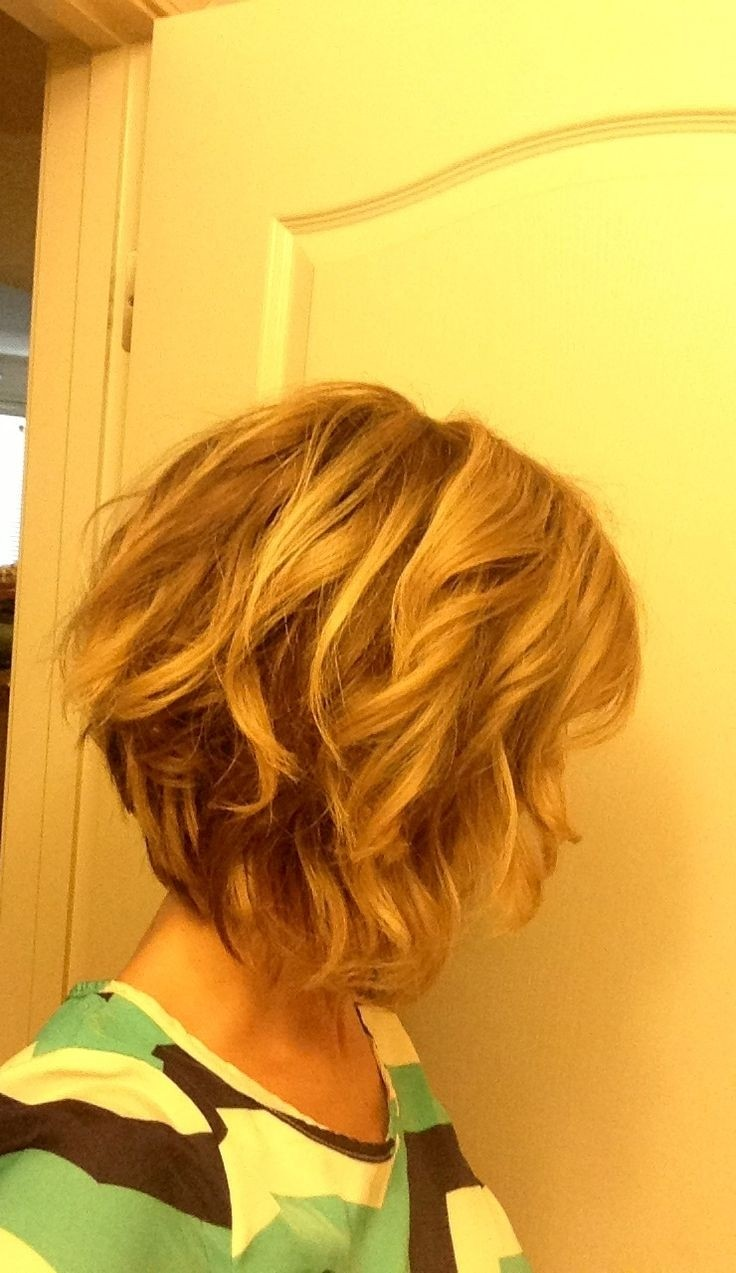 Stacked Bob Hairstyle for Curly Hair / Via