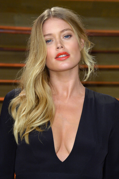 Doutzen Kroes Sexy Side Sweep Hairstyle