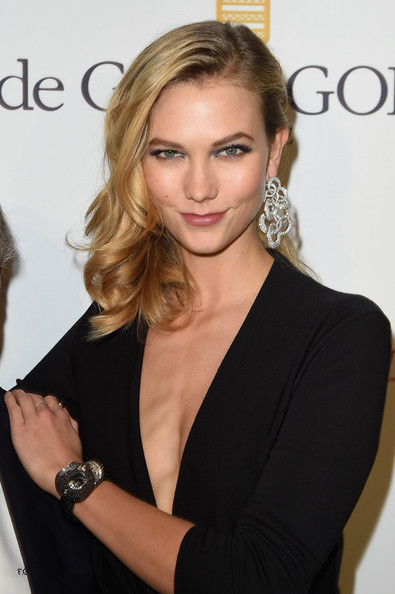 Karlie Kloss Side Sweep Curly Medium Hair