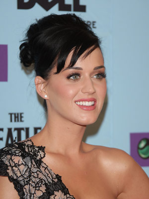 Katy Perry Long Lashes and Pink Lips Makeup Idea