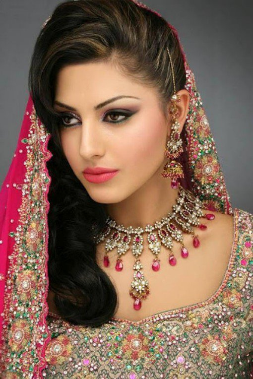 Pleasing Indian Style Makeup And Hairstyle Looks For Brides Styles Weekly Hairstyles For Women Draintrainus