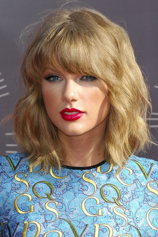 Taylor Swift Medium Hairstyle for Wavy Hair - Medium Length Haircuts 2015