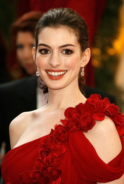 Anne-Hathaway-in-Marchesa-red-dress