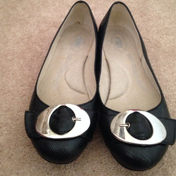 Buckle flat shoes
