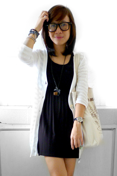 Casual black dress with white accessories