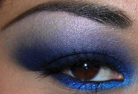 Smoky blue eyeshadow
